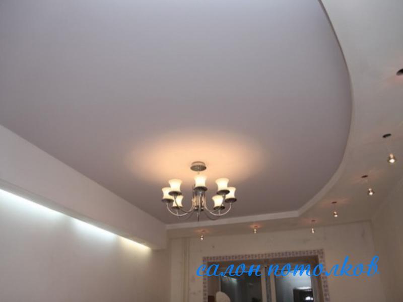 Потолок в гостиной - фото